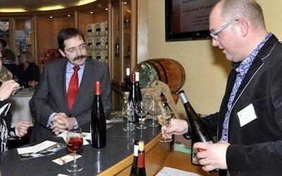 Gouverneur Bovens maakt kennis met regionale wijnen